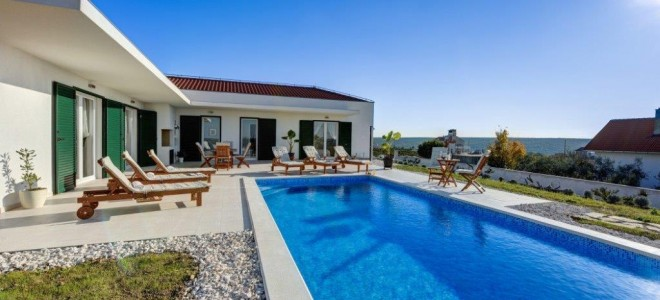 Villa with pool sale